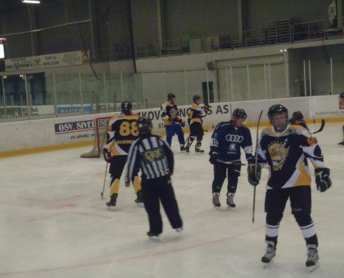 Utrolig kjekt å prøve seg som hockeyspiller i kamp